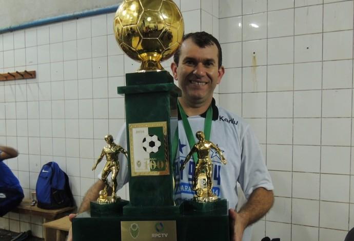 """Claudio Tencati com o troféu de campeão paranaense: """"Persistência,nos levou ao título"""". (Foto: Pedro A. Rampazzo/Site oficial do Londrina)"""