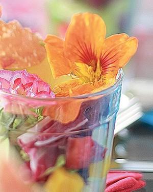 Salada de folhas, frutas e flores com chips de parma (Foto: Rogério Voltan/Editora Globo)