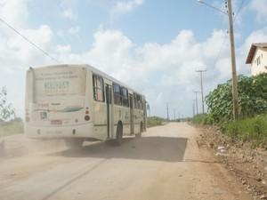 Ônibus trafegam pela via o dia inteiro e prejudica ainda mais a vida dos moradores (Foto: Paula Nunes/G1)