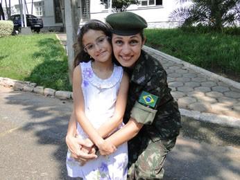 A major com a filha Júlia Helena, de 9 anos, que foi para solenidade de entrega de distintivo da nova patente.  (Foto: Cristina Moreno de Castro / G1)
