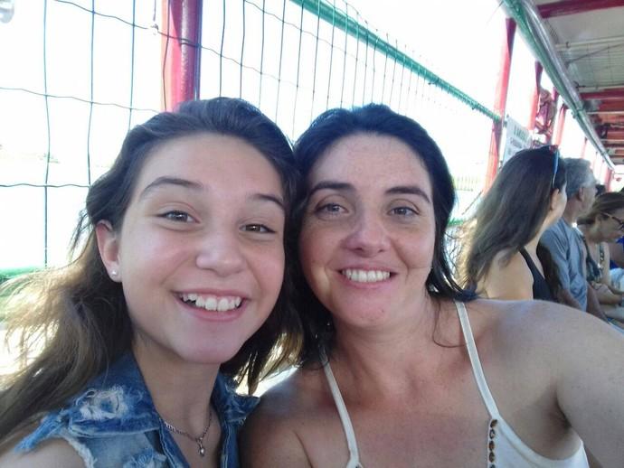 Pérola e a mamãe Cristiane na balsa, a caminho de Arraial d'Ajuda (Foto: Arquivo pessoal)