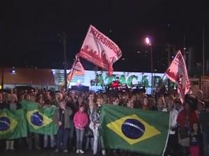 Professores e servidores protestam em frente a prefeitura (Foto: Reprodução/TV Tribuna)