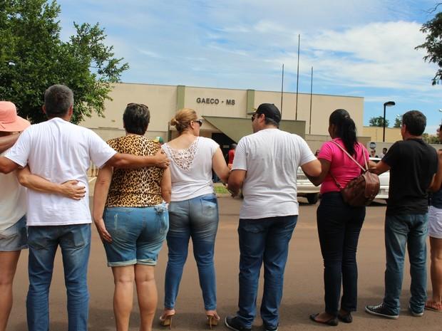 Cerca de 100 pessoas participaram do abraço solidário na sede do Gaeco (Foto: Juliene Katayama/G1 MS)