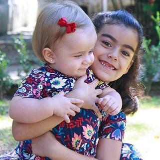 Valentina e Rafaela em momento de descontração em casa (Foto: Arquivo pessoal/ Divulgação)
