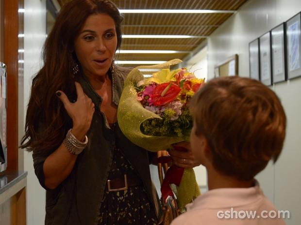 A surpresa de Giovanna ao receber as flores (Foto: Raphael Dias/TV Globo)