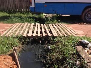 Parte da avenida é dividida por uma pequena ponte (Foto: Abinoan Santiago/G1)