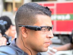 Policiais militares usam óculos para filmar professores durante passeata no Rio. (Foto: Glaucon Fernandes/Eleven/Estadão Conteúdo)