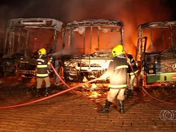 Sete ônibus foram incendiados durante onde de ataque em Jataí, Goiás (Foto: Reprodução/TV Anhanguera)