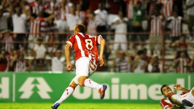 Souza marcou o primeiro do Náutico em cima do Coriiba (Foto: Aldo Carneiro / Pernambuco Press)