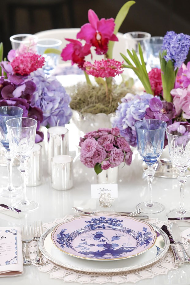 Vamos Receber: mesa de noivado delicada para comemorar em família (Foto: Julio Acevedo)