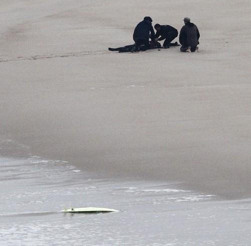 Foto (Foto: Maya Gabeira é atendida na beira da praia em Nazaré - Foto: EFE)
