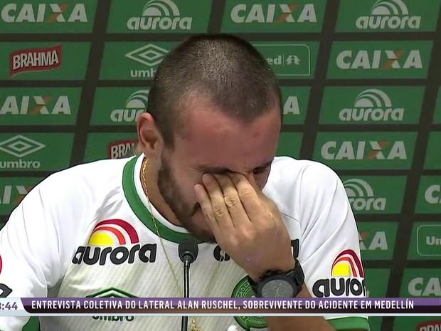 Jogador Alan Ruschel se emociona durante entrevista ao falar de acidente (Foto: Reprodução/SporTV)