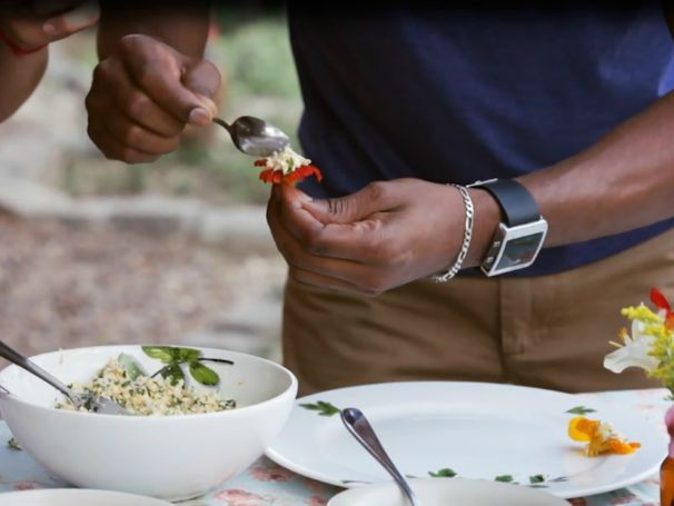 Preparação da receita de flores e folhas de capuchinha recheadas (Foto: Globo)