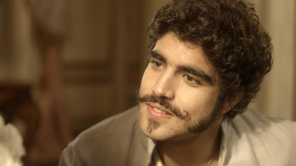 Pedro ainda se emociona ao receber um desenho de Maria da Glória com toda a família, inclusive João Carlos, o filho que perderam, no céu (Foto: TV Globo)