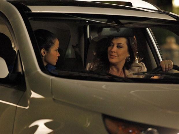Lívia consegue impedir que Morena vá até Helô (Foto: Salve Jorge/TV Globo)
