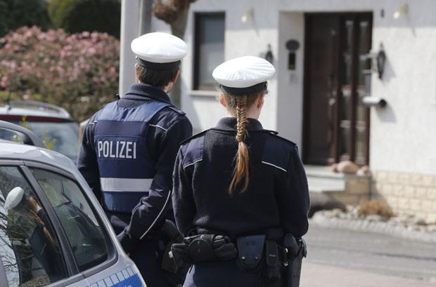 Policiais protegem a casa de Andreas Lubitz em Monatbaur, na Alemanha (Foto: Michael Probst/AP)