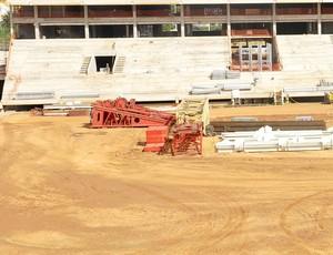 Parte dos guindastes que irão montar a cobertura da Arena Pantanal (Foto: Robson Boamorte)
