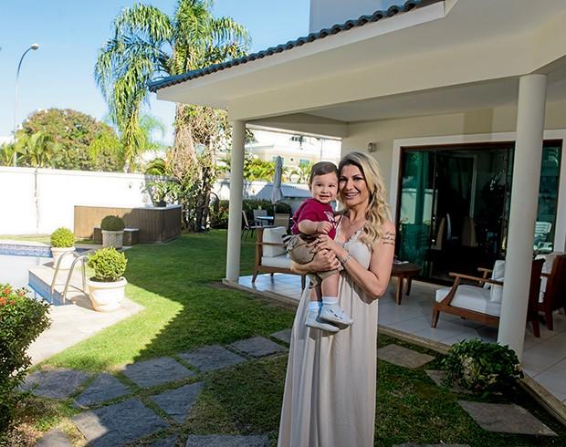 No jardim, sua parte favorita   da casa, Antônia aproveita   os momentos de lazer com   o filho, Salvatore  (Foto:  )