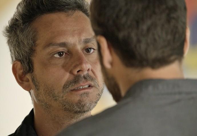 Romero fica arrasado com a atitude do filho (Foto: TV Globo)
