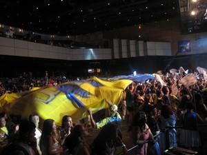 Torcida da Unidos da Tijuca cobre a plateia com um bandeirão da escola (Foto: Alba Valéria Mendonça/ G1)