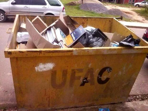 Livros estavam em lixeira da Universidade Federal do Acre  (Foto: Iwlly Silva/ Arquivo pessoal)