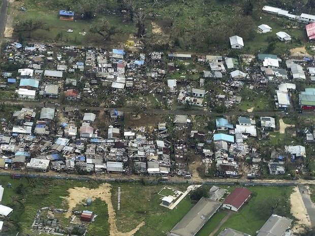 Imagem aérea mostra residência destruídas pelos ventos do tufão Pam em Vanuatu, que chegaram a 320 km/h. O presidente de Vanuatu, Baldwin Lonsdale, declarou que a mudança climática foi um fator-chave na devastação sofrida pelo paí (Foto: Dave Hunt/AFP/Pool)