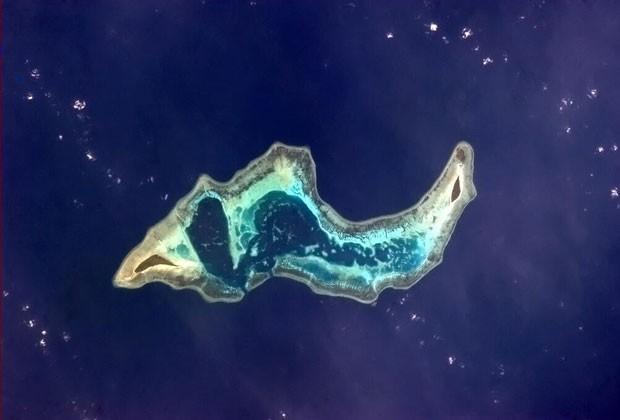 """Foto postada pelo austronauta em 15 de abril mostra uma ilha nos arredorse da Indonésia, """"com seu interior transparente"""" (Foto: Chris Hadfield/NASA)"""