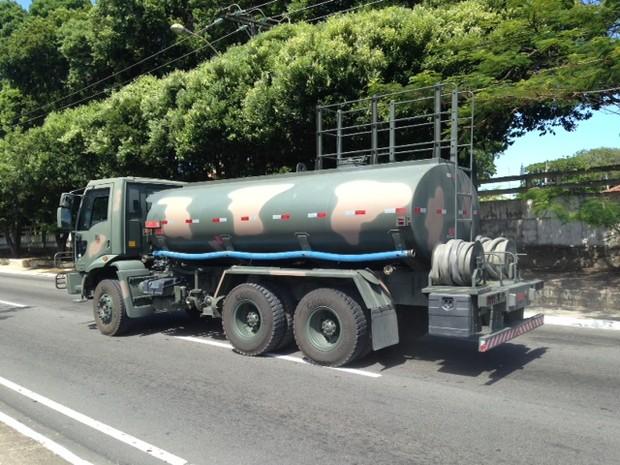 17/12/2013 -  Exército utiliza carros próprios para levar água ao Sertão de Alagoas