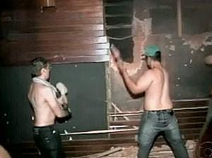 Guilherme (à esquerda) tenta quebrar parede com marreta (Foto: Reprodução/TV Globo)
