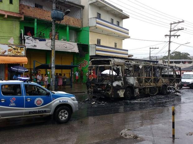 Ônibus incendiado no bairro de Paripe, em Salvador (Foto: Juliana Cavalcante/TV Bahia)