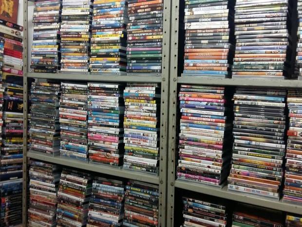 Coleção de filmes de Fernando Pompeu ocupa várias estantes