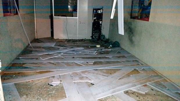 Caixa eletrônico foi alvo de explosão dentro da agência do Bradesco  (Foto: Jailson Félix)