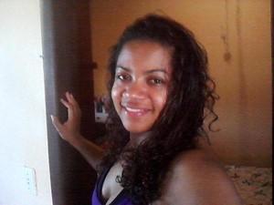 Adriana Lúcia de Oliveira, de 28 anos, foi atropelada em frente à Ufes, espírito santo (Foto: Reprodução/Facebook)
