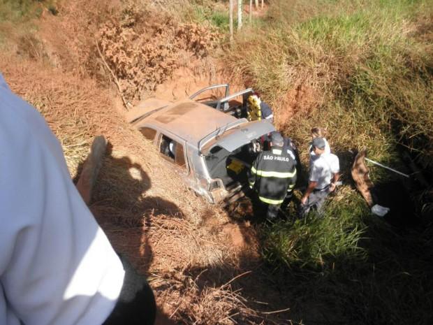 Passageiros do carro tiveram ferimentos leves  (Foto: Divulgação/ Polícia Militar de Manduri)