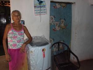 A aposentada Francisca Maria da Conceição comprou uma máquina, mas não instalou (Foto: Patrícia Andrade/G1)