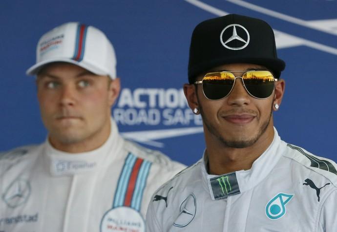 Valtteri Bottas ao fundo, e Lewis Hamilton em primeiro plano - GP da Rússia - Sochi (Foto: Reuters)