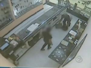 Homem invade a joslheria e ameaça funcionárias. (Foto: Reprodução TV Tem)