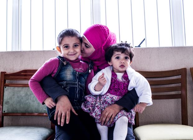 May Yousef em momento de carinho com suas duas filhas (Foto: Guilherme Zauith/Ed. Globo)