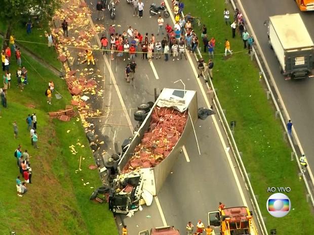 Acidente com caminhão interdita a Dutra na Baixada Fluminense (Foto: Reprodução/TV Globo)