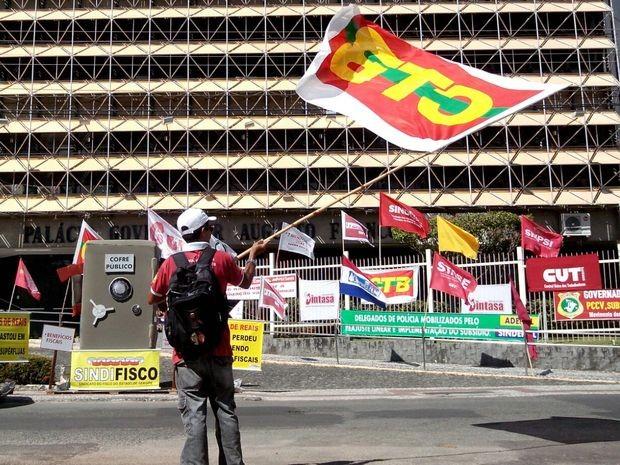 Diversas categorias foram à rua levar seus pedidos para o Governo de Sergipe (Foto: Tássio Andrade/G1)