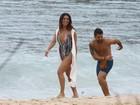 De maiô decotado, Giovanna Antonelli grava com Bruno Gagliasso em praia