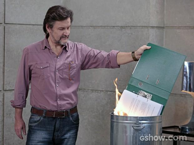 LC queima o dossiê! (Foto: Felipe Monteiro/TV Globo)