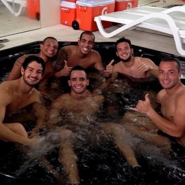 alexandre pato renato augusto corinthians piscina (Foto: Reprodução / Instagram)