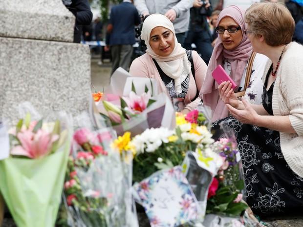 Mulheres fazem homenagem à Jo Cox em Birstal, na Inglaterra, nesta sexta-feira (17). A parlamentar morreu após ser baleada e apunhalada por um homem de 52 anos   (Foto: Phil Noble/Reuters)