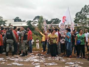 Manifestantes ocuparam rodovia no interior do Acre durante protesto contra Lula  (Foto: Iryá Rodrigues/G1)