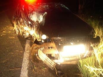 Carro bateu em árvore do lado de fora da pista (Foto: Divulgação/1ºBRBM)