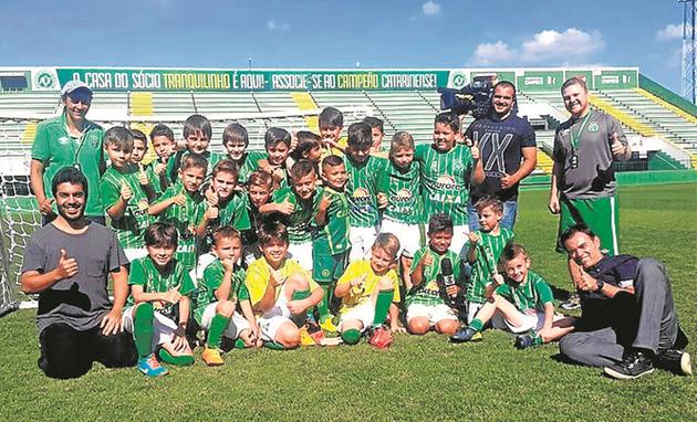 Tino Marcos foi a Chapecó para mostrar no 'Esporte espetacular' de amanhã como as crianças estão ajudando a cidade a retomar a vida após a tragédia (Foto: Igor Tavares)