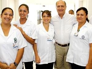 Governador posa com funcinários do hospital à época da inauguração, em 2011 (Foto: Divulgação/Governo do Estado de São Paulo)