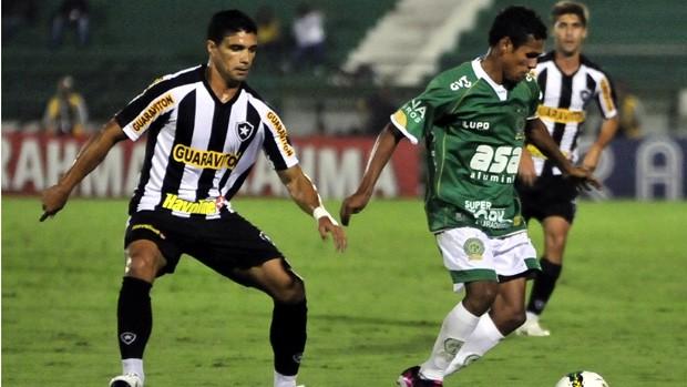Renato e Fabinho disputam bola durante duelo entre Guarani e Botafogo (Foto: Rodrigo Villalba / Memory Press)