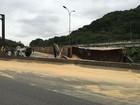 Carreta tomba na Anchieta e derrama carga na pista; motorista ficou ferido
